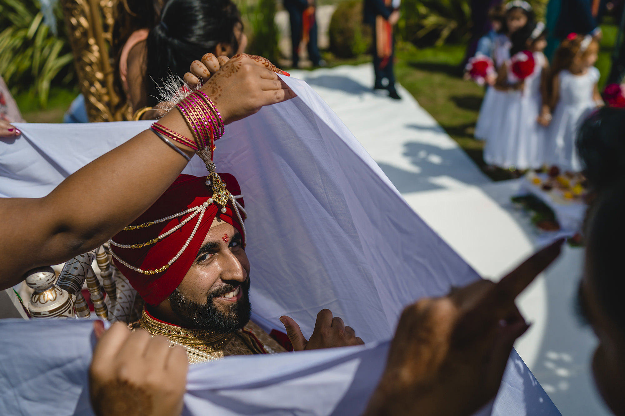 groom unable to see the bride at the hindu wedding