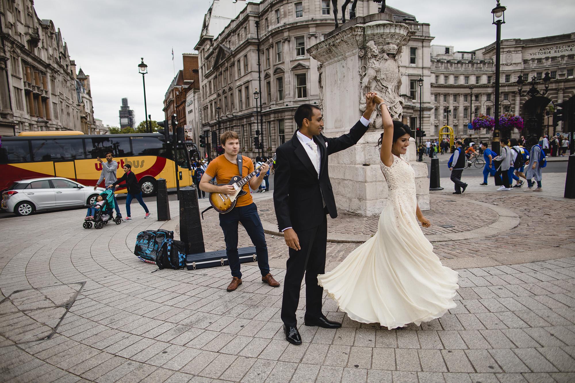 bride and groom portraits in trafalgar square