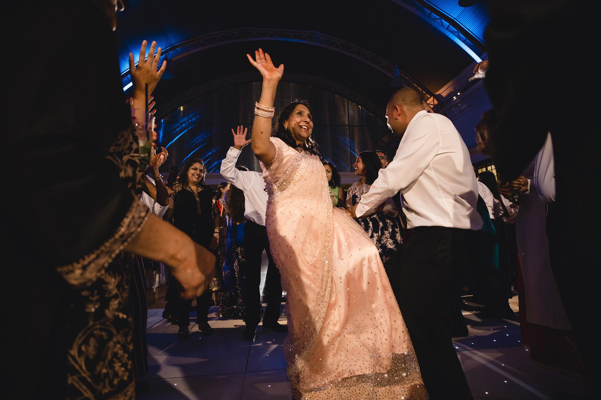 parents dancing on the dancefloor