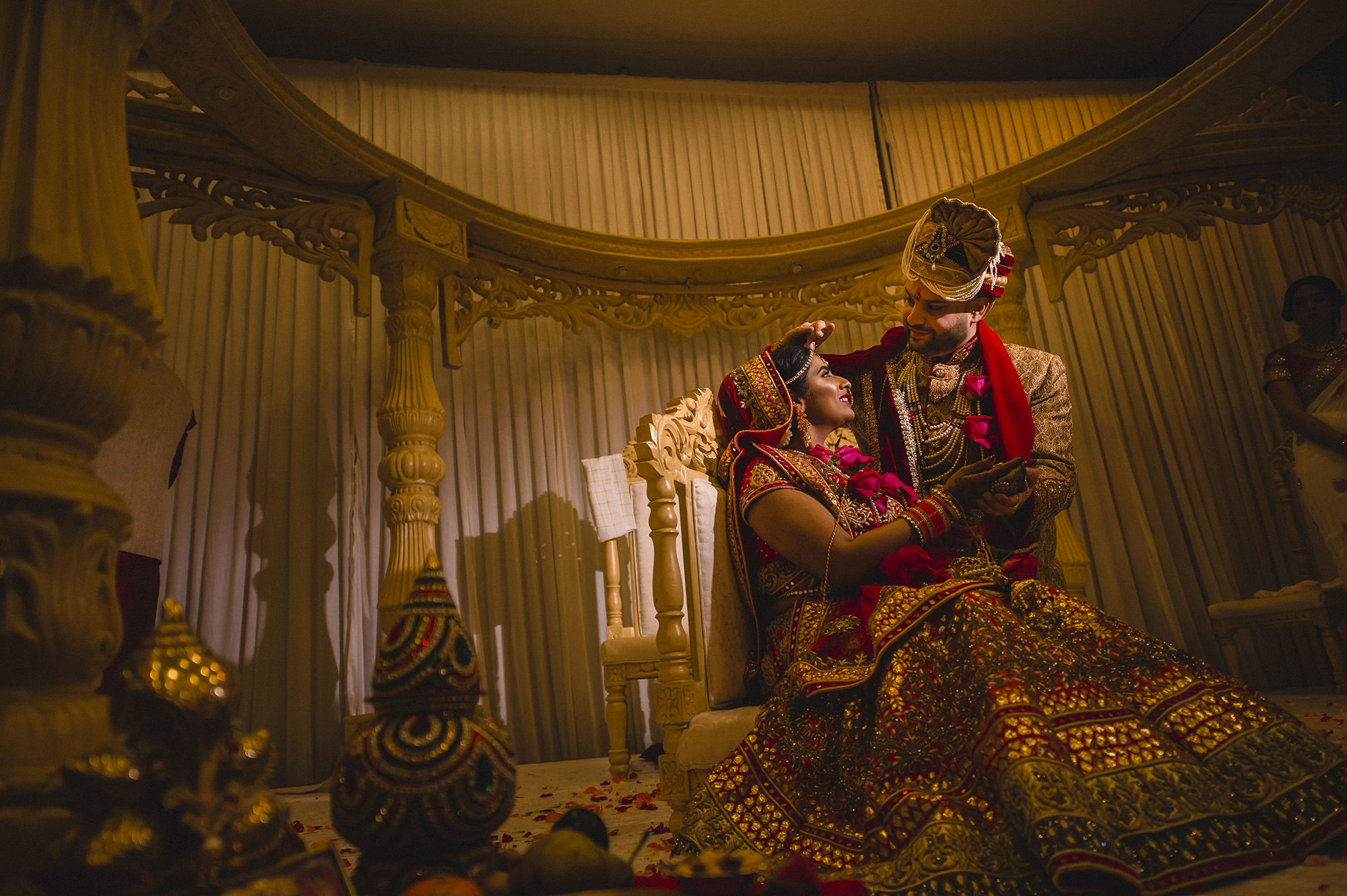 groom placing sindhoor on brides forehead