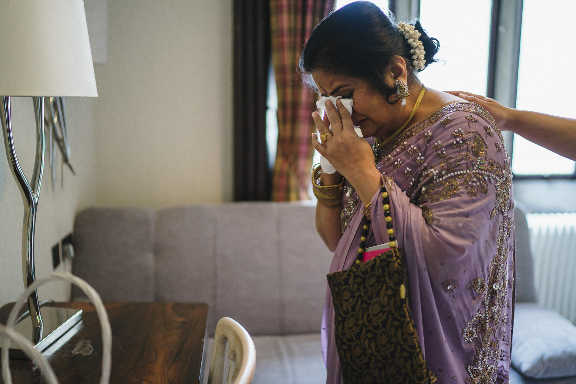 emotional mum seeing bride for the first time