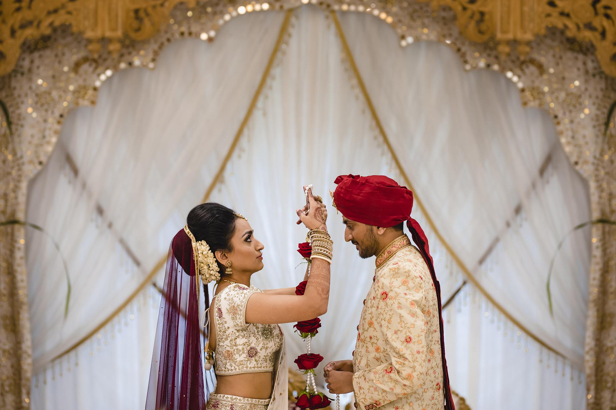 hindu bride garland groom